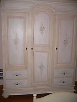 armadio tre ante decorato a mano