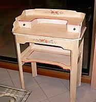 vecchio tavolino decorato a mano