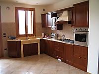 cucina noce piani in marmo giallo