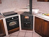 particolare cucina a legna ad angolo