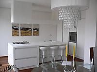 cucina bianca lucida con gola