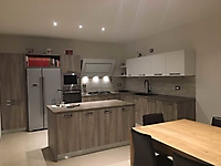 cucina terra bianco con bancone