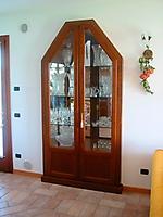 vetrina su misura inserita su nicchia camino